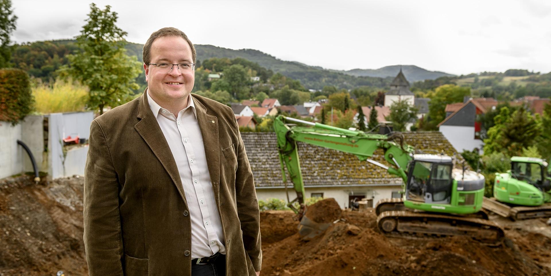 Frank Balzer vor Baustelle