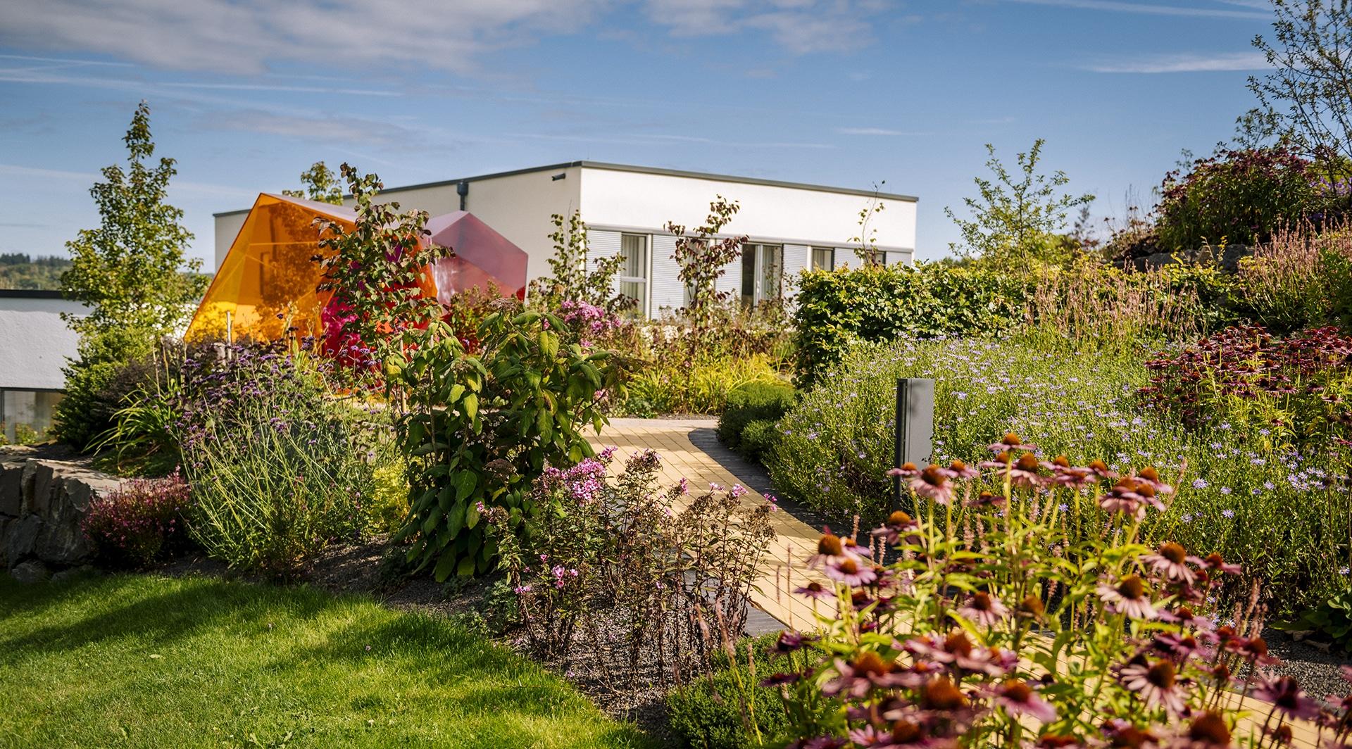 Kramer Garten in Olpe plant und baut Privatgärten sowie Grünanlagen von Unternehmen und öffentlichen Einrichtungen.
