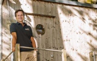 Oliver Teidemann vor seinem Baumhaus